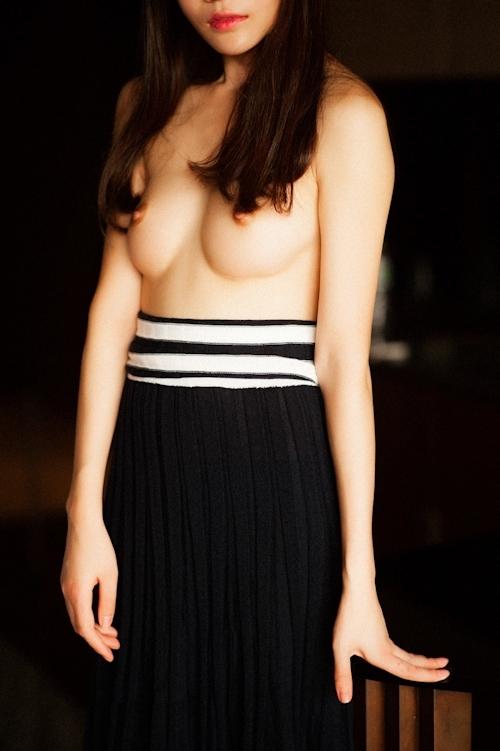 美乳な中国美女のトップレス画像 4