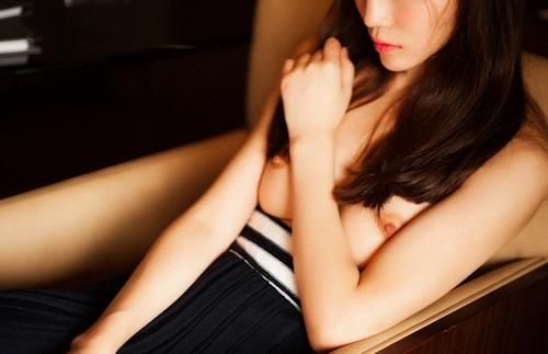 美乳な中国美女のトップレス画像 6