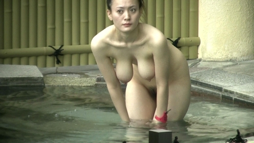 Jカップ爆乳な美熟女が露天風呂に入ってる所を盗撮したヌード画像 2