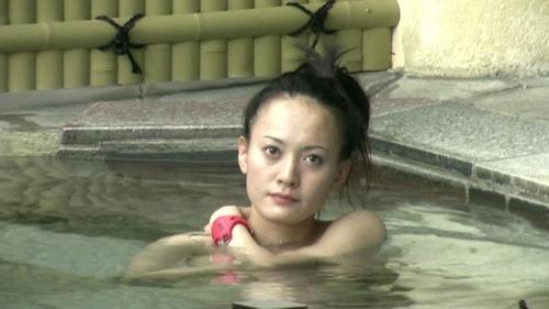 Jカップ爆乳な美熟女が露天風呂に入ってる所を盗撮したヌード画像 3