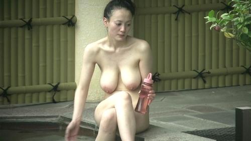 Jカップ爆乳な美熟女が露天風呂に入ってる所を盗撮したヌード画像 4