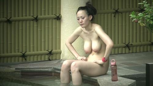 Jカップ爆乳な美熟女が露天風呂に入ってる所を盗撮したヌード画像 6
