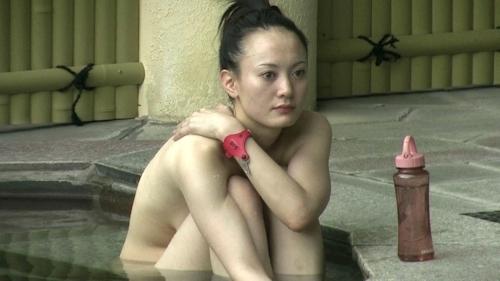 Jカップ爆乳な美熟女が露天風呂に入ってる所を盗撮したヌード画像 10