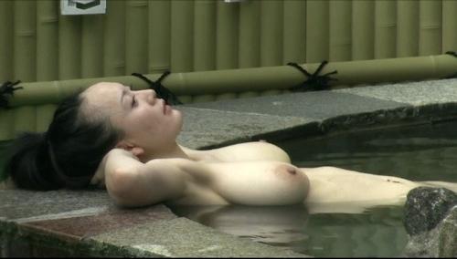Jカップ爆乳な美熟女が露天風呂に入ってる所を盗撮したヌード画像 12