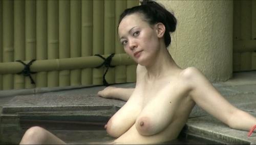 Jカップ爆乳な美熟女が露天風呂に入ってる所を盗撮したヌード画像 13