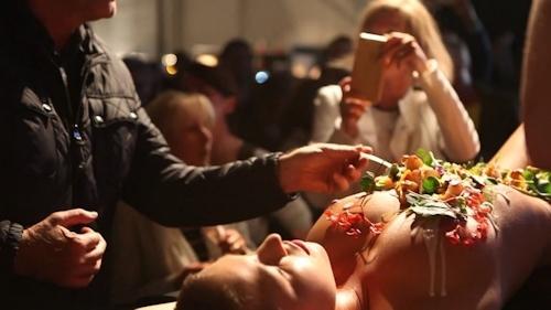 ベルギーモデル Marisa Papen(マリシア・パーペン)が女体盛り 9
