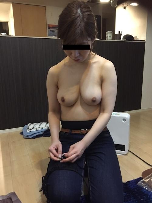巨乳な素人人妻のプライベートヌード画像 4