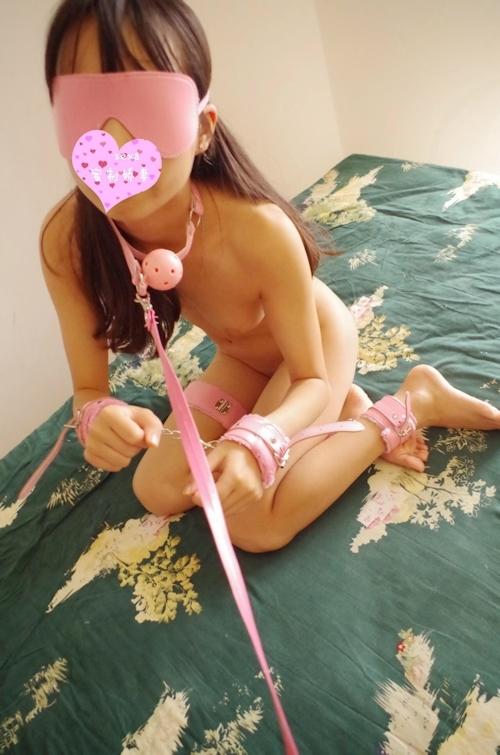 美乳な素人女性に初めて拘束プレイをさせたヌード画像 1