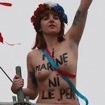 FEMENがフランスの大統領選挙投票日にトップレス抗議