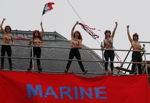 FEMENがフランスの大統領選挙投票日にトップレス抗議 2