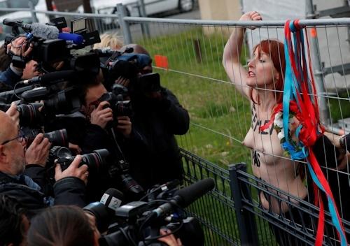 FEMENがフランスの大統領選挙投票日にトップレス抗議 5