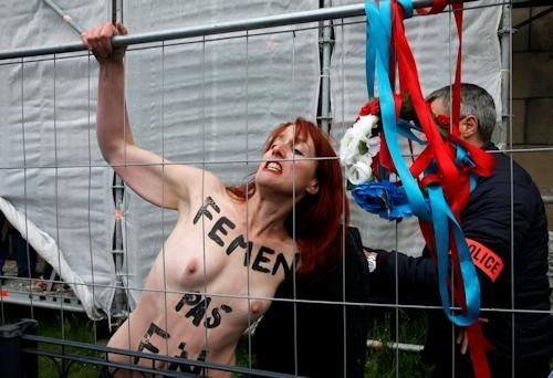 FEMENがフランスの大統領選挙投票日にトップレス抗議 6