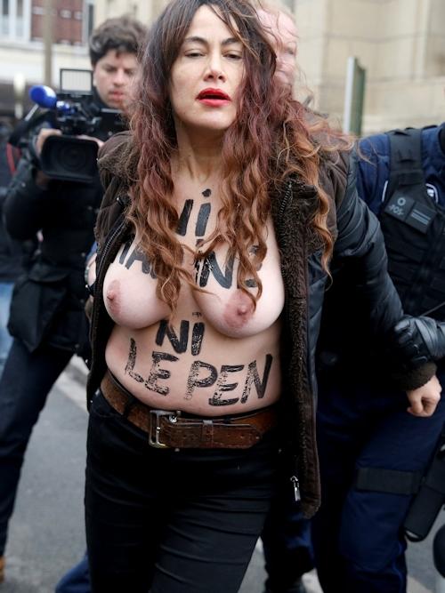 FEMENがフランスの大統領選挙投票日にトップレス抗議 8