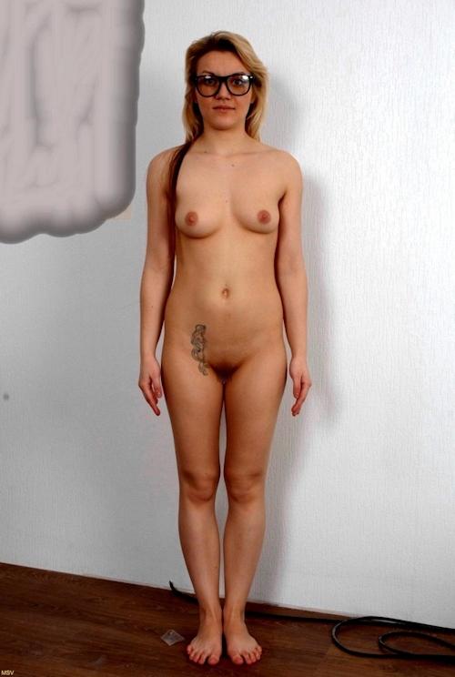 西洋素人女性の直立ヌード画像 5