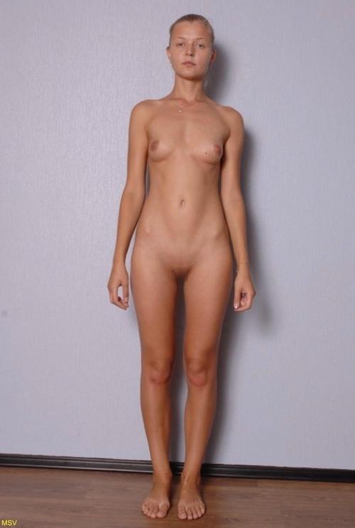 西洋素人女性の直立ヌード画像 7