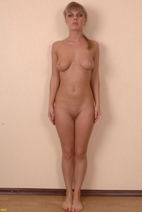 西洋素人女性の直立ヌード画像 8