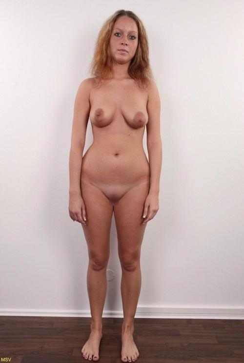 西洋素人女性の直立ヌード画像 9