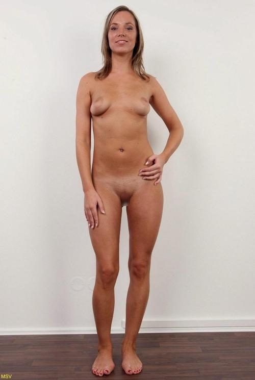 西洋素人女性の直立ヌード画像 10