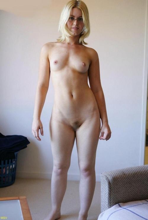 西洋素人女性の直立ヌード画像 11