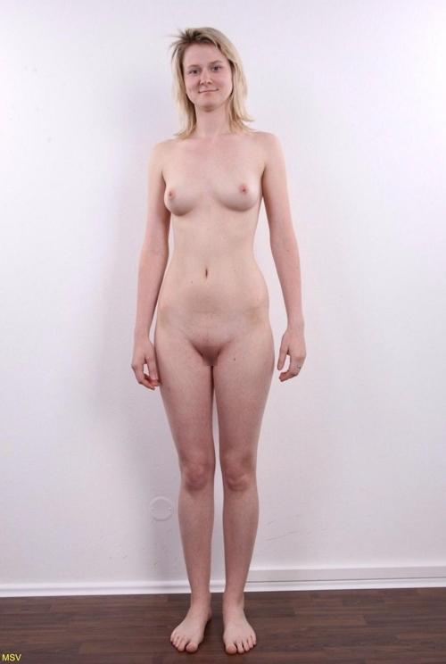 西洋素人女性の直立ヌード画像 12