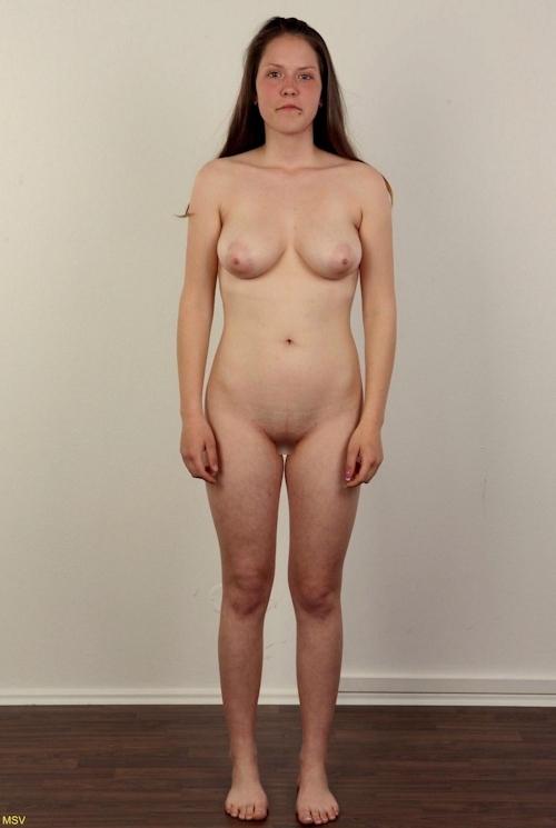 西洋素人女性の直立ヌード画像 13