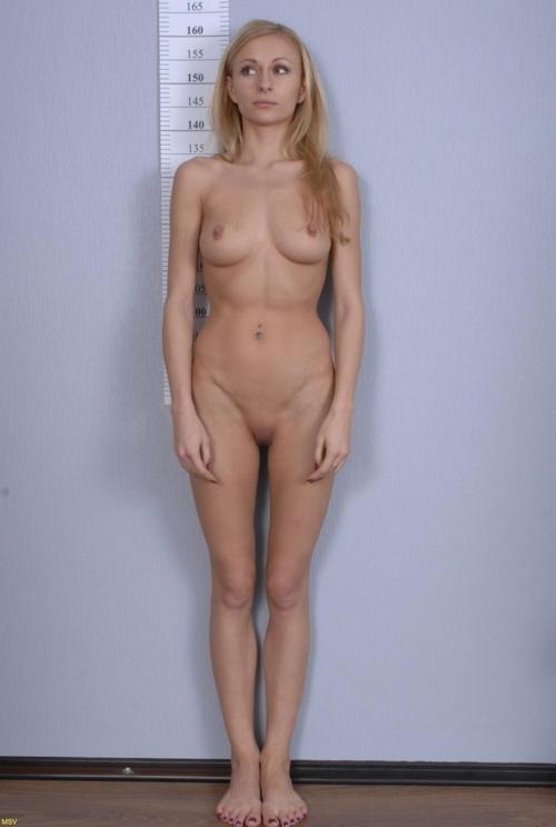 西洋素人女性の直立ヌード画像 14
