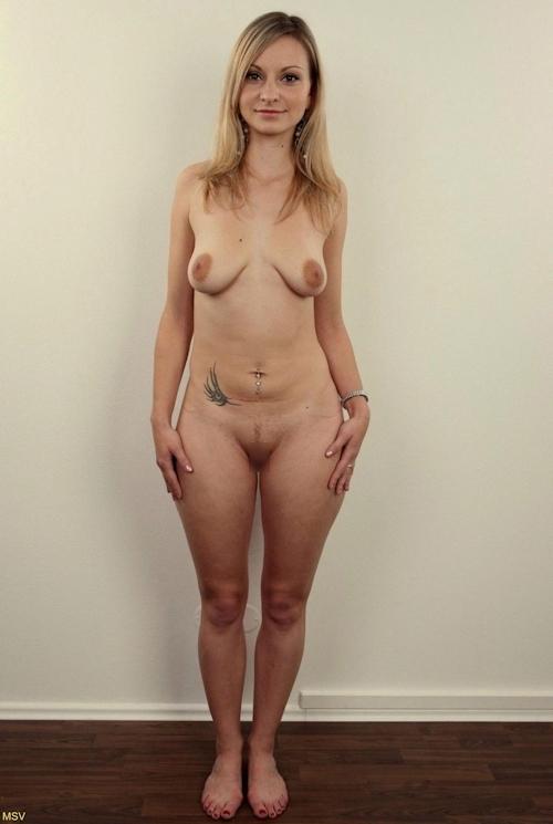 西洋素人女性の直立ヌード画像 16
