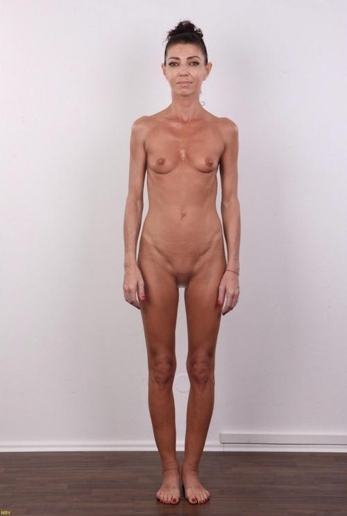 西洋素人女性の直立ヌード画像 17