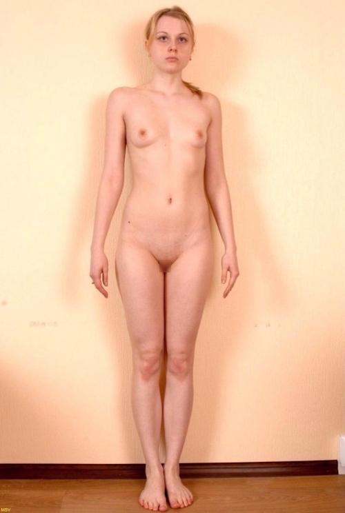 西洋素人女性の直立ヌード画像 18