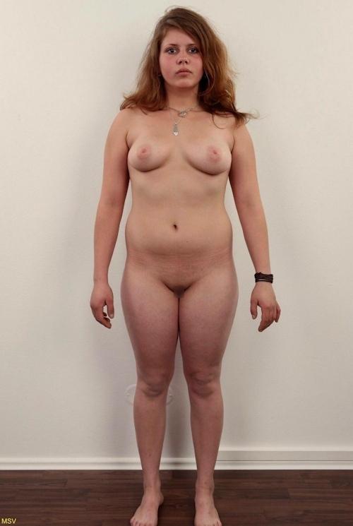 西洋素人女性の直立ヌード画像 20