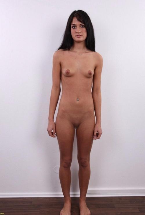 西洋素人女性の直立ヌード画像 21