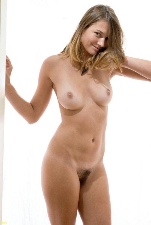 西洋素人女性の直立ヌード画像 22