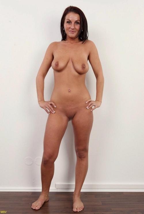 西洋素人女性の直立ヌード画像 24