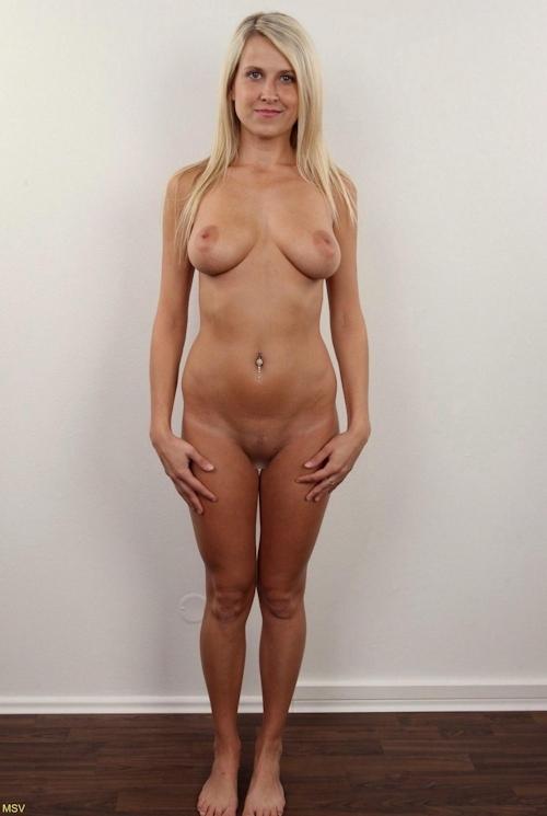 西洋素人女性の直立ヌード画像 26