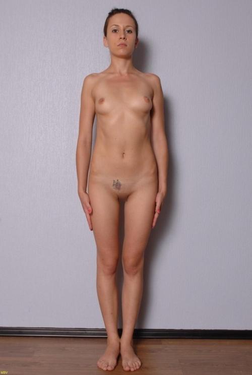 西洋素人女性の直立ヌード画像 32