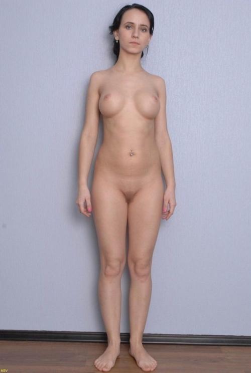 西洋素人女性の直立ヌード画像 35