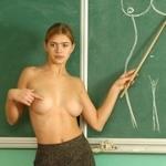 自らおっぱいを見せて人体の授業をする美人教師のヌード画像