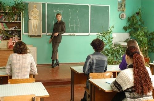 自らおっぱいを見せて人体の授業をする美人教師のヌード画像 1