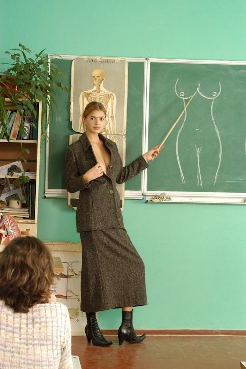 自らおっぱいを見せて人体の授業をする美人教師のヌード画像 2