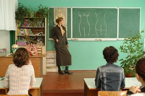 自らおっぱいを見せて人体の授業をする美人教師のヌード画像 3