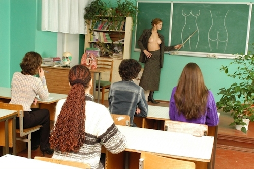 自らおっぱいを見せて人体の授業をする美人教師のヌード画像 5