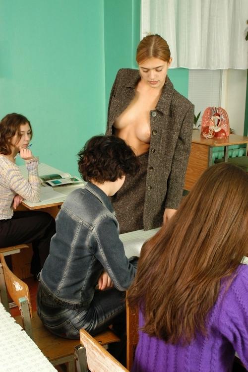 自らおっぱいを見せて人体の授業をする美人教師のヌード画像 7