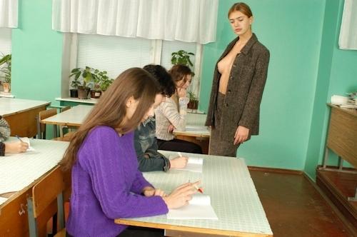 自らおっぱいを見せて人体の授業をする美人教師のヌード画像 8