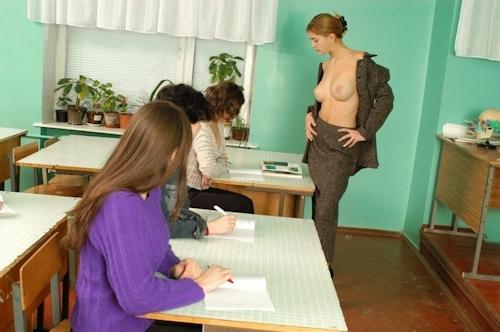 自らおっぱいを見せて人体の授業をする美人教師のヌード画像 9
