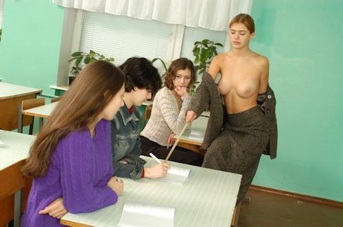 自らおっぱいを見せて人体の授業をする美人教師のヌード画像 12