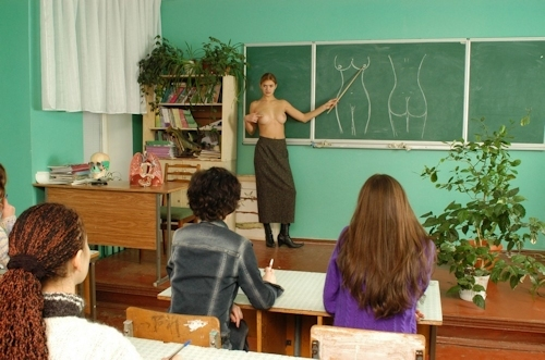 自らおっぱいを見せて人体の授業をする美人教師のヌード画像 19