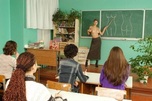 自らおっぱいを見せて人体の授業をする美人教師のヌード画像 20