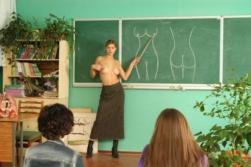 自らおっぱいを見せて人体の授業をする美人教師のヌード画像 22