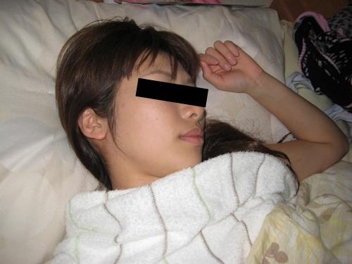 美乳な素人美女をホテルで撮影したWピースヌード画像 3