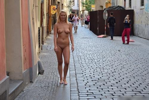 金髪美女に全裸で街中を歩かせてる野外露出ヌード画像 1